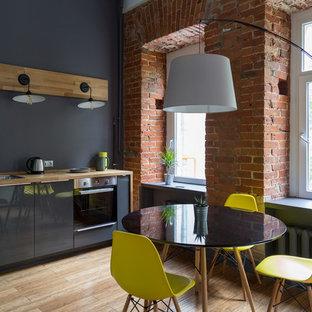 Неиссякаемый источник вдохновения для домашнего уюта: линейная кухня в стиле лофт с обеденным столом, накладной раковиной, плоскими фасадами, серыми фасадами, столешницей из дерева, техникой из нержавеющей стали, светлым паркетным полом и бежевым полом