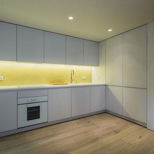 モスクワの大きいインダストリアルスタイルのおしゃれなキッチン (ダブルシンク、白いキャビネット、木材カウンター、白いキッチンパネル、ボーダータイルのキッチンパネル、白い調理設備、塗装フローリング、アイランドなし、茶色い床) の写真
