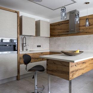 Идея дизайна: п-образная кухня в современном стиле с плоскими фасадами, бежевым фартуком и полуостровом