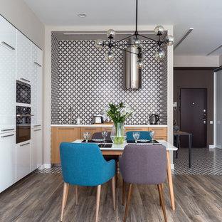 Immagine di una cucina contemporanea di medie dimensioni con ante lisce, ante in legno chiaro, top in superficie solida, paraspruzzi marrone, paraspruzzi in gres porcellanato, elettrodomestici in acciaio inossidabile, pavimento con piastrelle in ceramica, nessuna isola e pavimento marrone