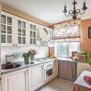 Foto di una piccola cucina a L country chiusa con ante con bugna sagomata, ante beige, pavimento con piastrelle in ceramica, nessuna isola, lavello da incasso, paraspruzzi bianco e elettrodomestici bianchi