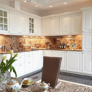 Неиссякаемый источник вдохновения для домашнего уюта: угловая кухня в стиле современная классика с белыми фасадами и коричневым фартуком
