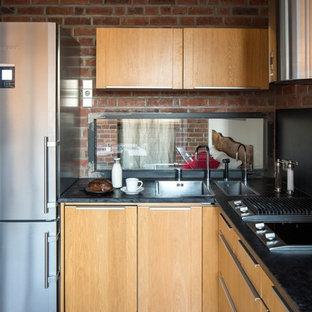 Offene Industrial Küche ohne Insel mit Einbauwaschbecken, flächenbündigen Schrankfronten, hellbraunen Holzschränken, Küchengeräten aus Edelstahl, braunem Holzboden und Rückwand-Fenster in Moskau