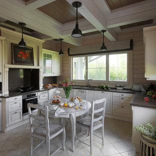 Пример оригинального дизайна интерьера: большая отдельная, п-образная кухня в стиле современная классика с двойной раковиной, стеклянными фасадами, белыми фасадами, столешницей из кварцита, серым фартуком, техникой из нержавеющей стали, полом из керамической плитки, бежевым полом и серой столешницей без острова