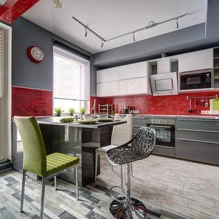 サンクトペテルブルクの大きいコンテンポラリースタイルのおしゃれなキッチン (ダブルシンク、フラットパネル扉のキャビネット、グレーのキャビネット、ラミネートカウンター、赤いキッチンパネル、セラミックタイルの床) の写真