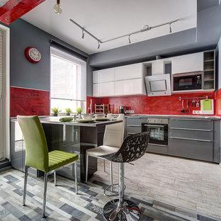 Стильный дизайн: п-образная кухня-гостиная в современном стиле с плоскими фасадами, серыми фасадами, красным фартуком, техникой из нержавеющей стали и полуостровом - последний тренд