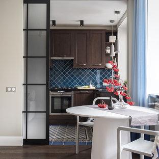 モスクワの小さいコンテンポラリースタイルのおしゃれなLDK (濃色木目調キャビネット、人工大理石カウンター、セラミックタイルのキッチンパネル、シルバーの調理設備の、セラミックタイルの床、青い床、青いキッチンカウンター、落し込みパネル扉のキャビネット、青いキッチンパネル) の写真