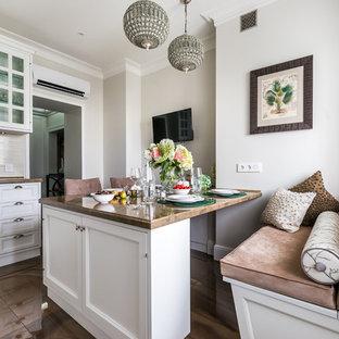 На фото: кухня в стиле современная классика с фасадами с утопленной филенкой, белыми фасадами и белым фартуком с