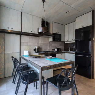 Создайте стильный интерьер: маленькая угловая кухня-гостиная в стиле лофт с плоскими фасадами, столешницей из плитки, серым фартуком, фартуком из керамической плитки, черной техникой, полом из керамической плитки, серым полом, накладной раковиной и серыми фасадами - последний тренд