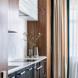 Пример оригинального дизайна: кухня в стиле современная классика с накладной раковиной, черными фасадами, белым фартуком, разноцветным полом и белой столешницей