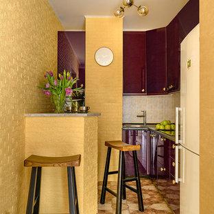 Klassisk inredning av ett litet grå grått kök, med gult stänkskydd, stänkskydd i mosaik, en undermonterad diskho, släta luckor, lila skåp, laminatbänkskiva, integrerade vitvaror, klinkergolv i porslin och flerfärgat golv