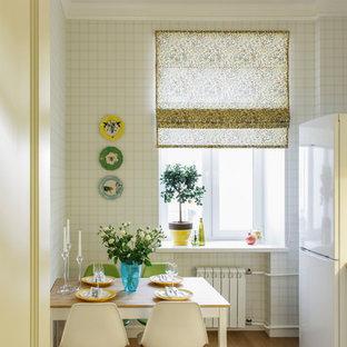 Свежая идея для дизайна: маленькая отдельная, линейная кухня в скандинавском стиле с паркетным полом среднего тона без острова - отличное фото интерьера
