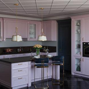 Стильный дизайн: угловая кухня в стиле современная классика с фасадами с утопленной филенкой, черной техникой, островом, черным полом и черной столешницей - последний тренд