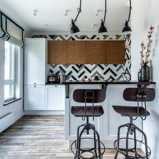 Свежая идея для дизайна: кухня в стиле современная классика с фасадами с утопленной филенкой, белыми фасадами, разноцветным фартуком, коричневым полом и полуостровом - отличное фото интерьера