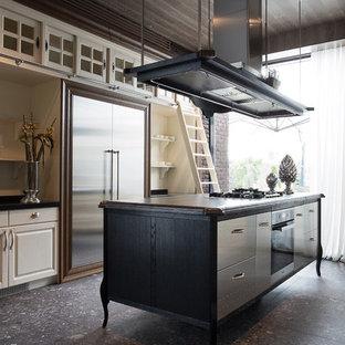 他の地域の大きいエクレクティックスタイルのおしゃれなキッチン (フラットパネル扉のキャビネット、ステンレスキャビネット、シルバーの調理設備の、エプロンフロントシンク、人工大理石カウンター、白いキッチンパネル、木材のキッチンパネル、コンクリートの床、グレーの床) の写真