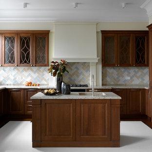 Идея дизайна: п-образная, отдельная кухня среднего размера в стиле современная классика с монолитной раковиной, столешницей из кварцевого агломерата, разноцветным фартуком, фартуком из керамической плитки, черной техникой, мраморным полом, островом, белым полом, фасадами с выступающей филенкой, темными деревянными фасадами и бежевой столешницей