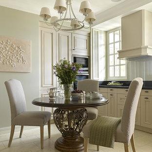 モスクワの小さいトランジショナルスタイルのおしゃれなキッチン (レイズドパネル扉のキャビネット、ベージュのキャビネット、クオーツストーンカウンター、ガラス板のキッチンパネル、シルバーの調理設備の、磁器タイルの床、アイランドなし) の写真