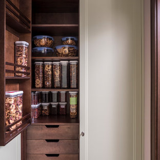 Идея дизайна: большая кухня в стиле современная классика с кладовкой, фасадами с утопленной филенкой и бежевыми фасадами