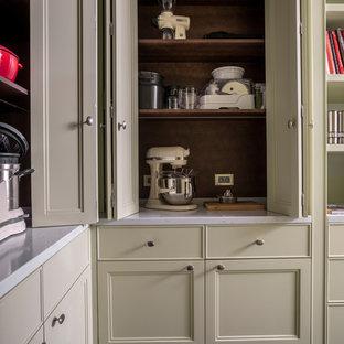 Идея дизайна: большая угловая кухня в стиле современная классика с мраморным полом, черным полом, фасадами с утопленной филенкой, бежевыми фасадами, коричневым фартуком, фартуком из дерева и белой столешницей