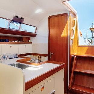 Неиссякаемый источник вдохновения для домашнего уюта: маленькая угловая кухня-гостиная в современном стиле с накладной раковиной, плоскими фасадами, белыми фасадами, белым фартуком и белой столешницей без острова