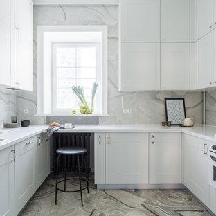 Klassische Küche ohne Insel in U-Form mit Einbauwaschbecken, Schrankfronten im Shaker-Stil, weißen Schränken, weißen Elektrogeräten, weißer Arbeitsplatte, Küchenrückwand in Weiß, Rückwand aus Marmor und buntem Boden in Moskau
