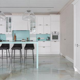 Diseño de cocina lineal, contemporánea, grande, abierta, con una isla, armarios con paneles empotrados, puertas de armario blancas, electrodomésticos blancos y encimeras turquesas