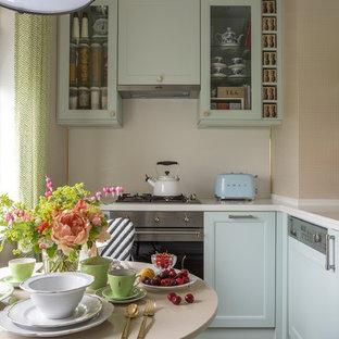 Пример оригинального дизайна: маленькая отдельная, угловая кухня в стиле современная классика с фасадами с утопленной филенкой, белым фартуком, техникой из нержавеющей стали и коричневым полом без острова