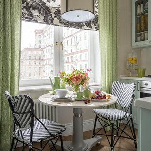 На фото: маленькие кухни в стиле современная классика с коричневым полом, обеденным столом, стеклянными фасадами, синими фасадами и темным паркетным полом без острова