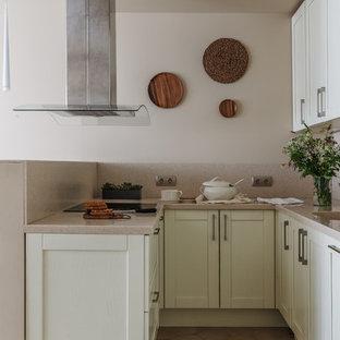 Пример оригинального дизайна: п-образная кухня-гостиная в современном стиле с фасадами в стиле шейкер, белыми фасадами, бежевым фартуком, полуостровом, коричневым полом и монолитной раковиной