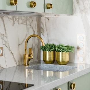 Неиссякаемый источник вдохновения для домашнего уюта: маленькая линейная кухня-гостиная в современном стиле с плоскими фасадами, столешницей из акрилового камня, белым фартуком, фартуком из мрамора, серой столешницей, зелеными фасадами и монолитной раковиной