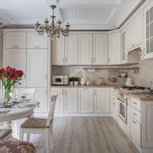 Стильный дизайн: угловая кухня-гостиная в стиле современная классика с фасадами с выступающей филенкой, белыми фасадами, бежевым фартуком, белой техникой, светлым паркетным полом, бежевым полом и бежевой столешницей без острова - последний тренд