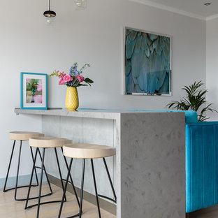 Свежая идея для дизайна: маленькая кухня-гостиная в современном стиле с светлым паркетным полом, полуостровом, бежевым полом и серой столешницей - отличное фото интерьера
