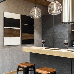 Стильный дизайн: кухня в современном стиле с плоскими фасадами, серыми фасадами, серым полом и бежевой столешницей - последний тренд