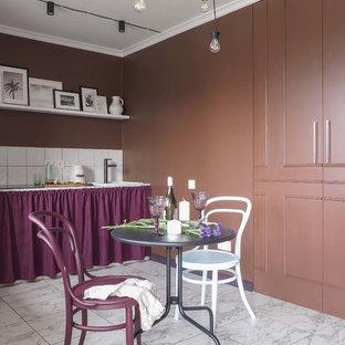 Idéer för funkis linjära vitt kök med öppen planlösning, med en nedsänkt diskho, öppna hyllor, lila skåp, kaklad bänkskiva, vitt stänkskydd, stänkskydd i keramik och vitt golv