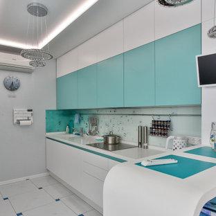 На фото: п-образная кухня среднего размера в современном стиле с монолитной раковиной, плоскими фасадами, белыми фасадами, стеклянной столешницей, фартуком из стекла, полом из керамогранита, полуостровом, разноцветным полом и белой столешницей с