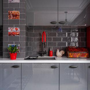 Неиссякаемый источник вдохновения для домашнего уюта: кухня в стиле фьюжн с врезной раковиной и серым фартуком