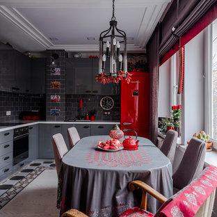 Стильный дизайн: угловая кухня в стиле фьюжн с плоскими фасадами, серыми фасадами, серым фартуком, черной техникой и белой столешницей - последний тренд