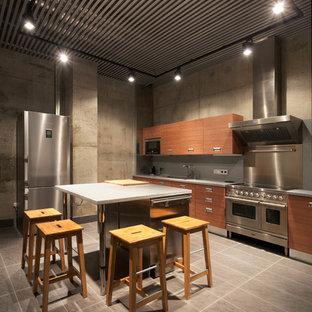 モスクワの広いインダストリアルスタイルのおしゃれなキッチン (アンダーカウンターシンク、フラットパネル扉のキャビネット、中間色木目調キャビネット、クオーツストーンカウンター、グレーのキッチンパネル、石スラブのキッチンパネル、シルバーの調理設備、磁器タイルの床、グレーの床) の写真