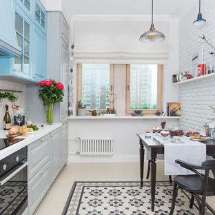 Свежая идея для дизайна: большая угловая кухня в стиле современная классика с обеденным столом, фасадами с выступающей филенкой, синими фасадами, белым фартуком, фартуком из плитки кабанчик, черной техникой и бежевым полом без острова - отличное фото интерьера