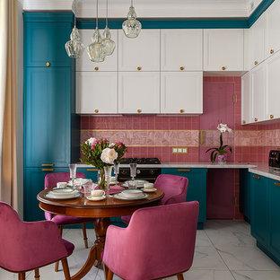 На фото: угловая кухня в стиле фьюжн с обеденным столом, врезной раковиной, фасадами с утопленной филенкой, розовым фартуком, белым полом и белой столешницей с
