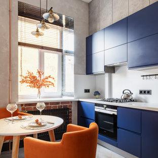 Неиссякаемый источник вдохновения для домашнего уюта: кухня в стиле лофт с плоскими фасадами, синими фасадами, белым фартуком, черной техникой, бежевым полом и белой столешницей