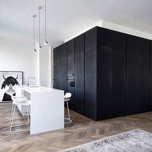 Выдающиеся фото от архитекторов и дизайнеров интерьера: маленькая кухня в скандинавском стиле с темным паркетным полом и коричневым полом