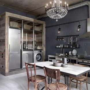 Inspiration för små industriella linjära grått kök med öppen planlösning, med öppna hyllor, skåp i rostfritt stål, bänkskiva i rostfritt stål, rostfria vitvaror, målat trägolv, vitt golv, en nedsänkt diskho och svart stänkskydd