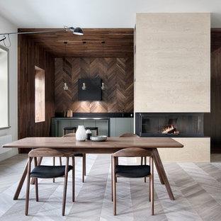 Идея дизайна: большая линейная кухня в скандинавском стиле с светлым паркетным полом, плоскими фасадами, серым полом, обеденным столом, врезной раковиной, зелеными фасадами, черным фартуком и техникой под мебельный фасад без острова