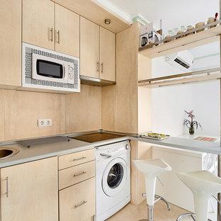 Ejemplo de cocina lineal, nórdica, abierta, con fregadero encastrado, armarios con paneles lisos, puertas de armario de madera clara, salpicadero beige, salpicadero de madera, electrodomésticos blancos, península y suelo beige