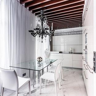 Offene Eklektische Küche ohne Insel in L-Form mit flächenbündigen Schrankfronten, weißen Schränken, Marmorboden und weißen Elektrogeräten in Sankt Petersburg