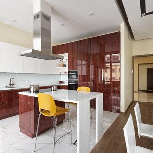 Пример оригинального дизайна: большая угловая кухня в современном стиле с врезной раковиной, плоскими фасадами, темными деревянными фасадами, мраморной столешницей, белым фартуком, фартуком из стекла, техникой из нержавеющей стали, полом из керамической плитки, островом, белым полом и белой столешницей