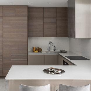 Идея дизайна: п-образная кухня в современном стиле с врезной раковиной, плоскими фасадами, фасадами цвета дерева среднего тона, белым фартуком, полуостровом, белым полом и белой столешницей