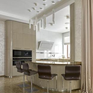 Создайте стильный интерьер: большая п-образная кухня-гостиная в современном стиле с плоскими фасадами, бежевыми фасадами, мраморной столешницей, белым фартуком, фартуком из стекла, черной техникой, мраморным полом, полуостровом и бежевым полом - последний тренд