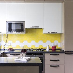 Стильный дизайн: кухня в современном стиле с фартуком из керамической плитки, техникой из нержавеющей стали, полуостровом, черной столешницей, плоскими фасадами, белыми фасадами, разноцветным фартуком, светлым паркетным полом и бежевым полом - последний тренд